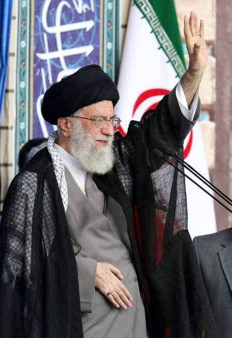 Aiatolá Ali Khamenei saúda multidão durante a cerimônia de oração do Eid al-Fitr em Teerã, Irã, em 18 de julho