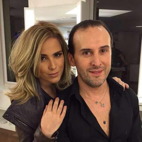 A cantora posou ao lado do cabeleireiro Marcos Proença