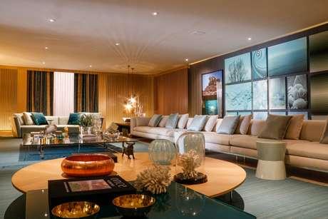 Na Casa Cor SP 2015, Brunete Fraccaroli criou ambiente que tem o azul como base e, nesta sala, combinou a cor nas almofadas e no tapete