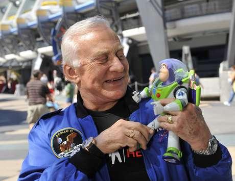 Buzz Aldrin segura um boneco do Buzz Lightyear: nome do personagem da Pixar foi inspirado no astronauta da Apollo 11