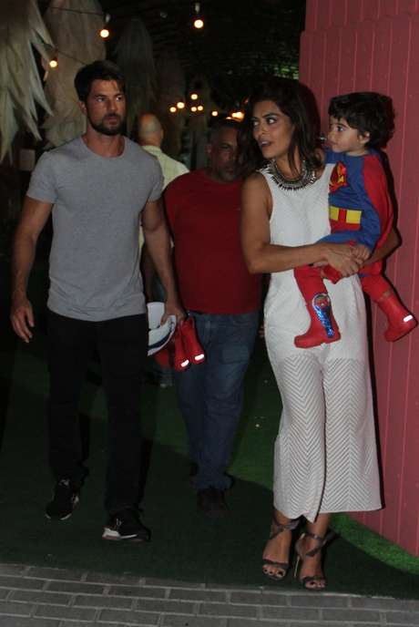 Juliana Paes celebra aniversário do filho Antônio, com o marido  Carlos Eduardo Baptista, no Rio de Janeiro, neste domingo (19)