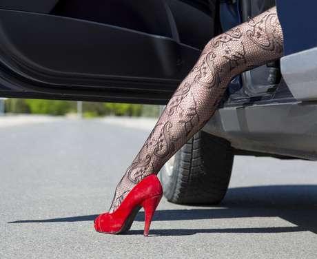 A meia-arrastão se popularizou nos anos 90 e era usada com saia e salto alto