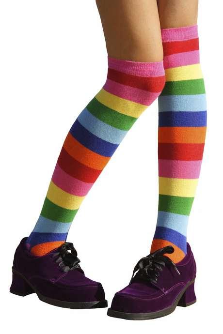 Meias coloridas com sapatos eram comuns nos anos 80