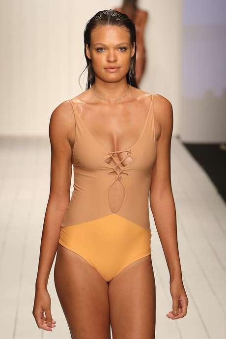 A grife americana Acacia, inspirada na moda praia brasileira, também apostou no nude, com desenho geométrico em amarelo: sustentação dos seios não é das mais confortáveis