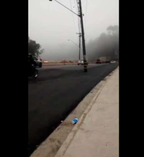 """Poste foi """"esquecido"""" no meio da rodovia Tancredo de Almeida Neves, em Caieiras"""