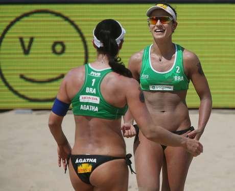Ágatha (de costas) e Bárbara Seixas venceram duas partidas nesta quinta-feira