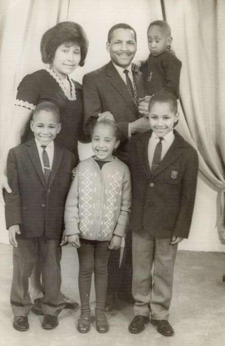 Miriam Gomes (ao centro) em foto com os pais, de Cabo Verde