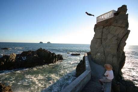 Uma rocha com acesso por escada, o Divers é o local procurado para mergulhos no mar do Pacífico