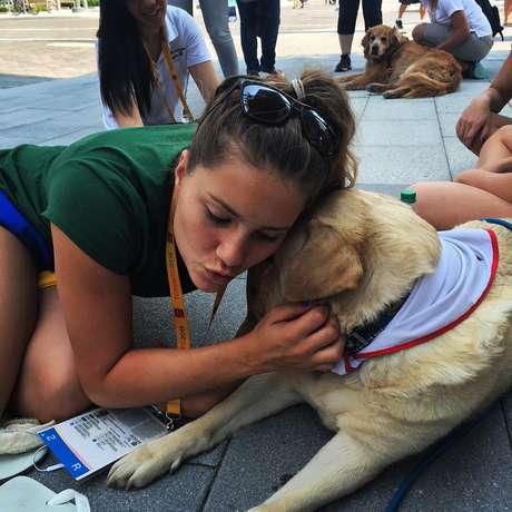 Mirella Coutinho brinca com cachorro colocado pela organização do Pan em Vila