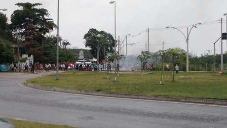 Moradores bloquearam a Estrada do Mato Alto na tarde desta quarta-feira