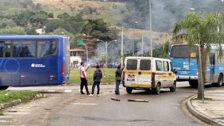 Motoristas foram impedidos de circular em trecho da Estrada do Mato Alto, em Guaratiba
