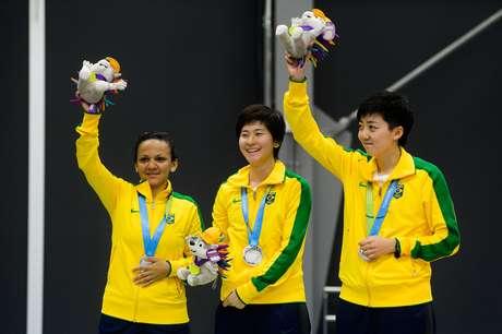 Lin Gui, Caroline Kumahara e Ligia Silva foram medalha de prata na disputa por equipes