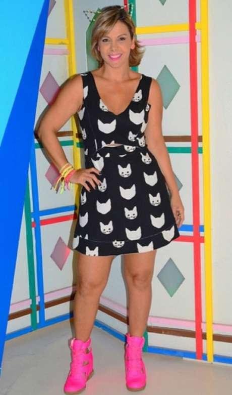 Para apresentar o programa Clube da Alegria, na Bahia, ela se veste com roupas divertidas. O vestido preto com estampa de gatinho é bem legal e, como figurino, até vale usar o sneaker rosa. Mas só para isso, por favor