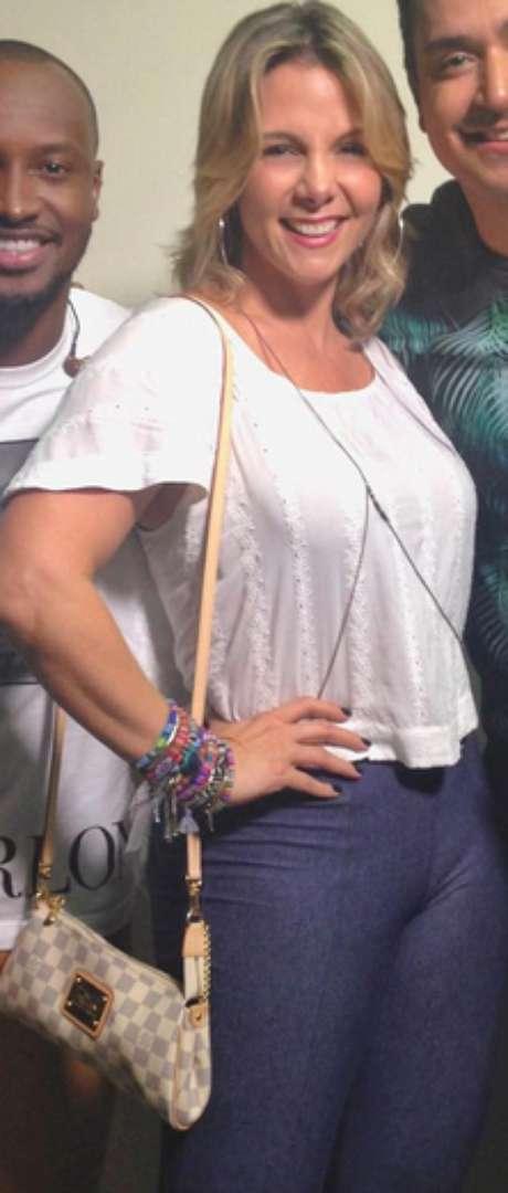 Podemos até dizer que não é dos piores looks de Carla Perez, mas os detalhes é que pegam. Veja como a calça marca a região frontal. Se a blusa fosse mais comprida, o problema não apareceria. Só um toque, ok?
