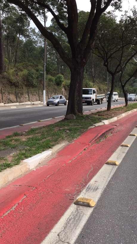 A faixa foi pintada sobre asfalto com desnível