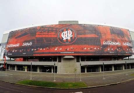 Um ano após a Copa do Mundo, Atlético-PR trocou o painel na frente da Arena da Baixada