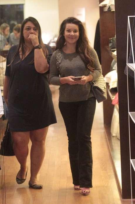 Fernanda Souza fez bem o estilo hi-lo para passear no shopping: cara lavada, cabelo por fazer, blusa cinza com bordado, calça jeans e, para completar, uma poderosa bolsa Chanel também cinza. Assim, não tem como errar