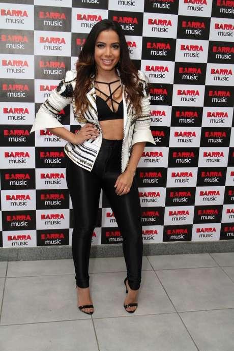 Anitta apostou na disco pants com top estilo strappy bra (com tiras). Para não ficar muita pele à mostra, combinou com jaqueta bordada, bem legal. Se preferir algo mais discreto, aposte na combinação usando uma regata sobre o top
