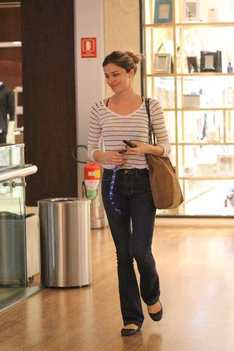 Vai ao shopping e não quer se preocupar com o look? Então faça como Grazi Massafera: calça jeans, camiseta listrada, top com alcinha aparecendo e bolsa para caber o que for necessário. Despojado e casual