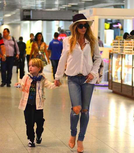 Os jeans destroyed podem ser impraticáveis de usar se os rasgos forem exagerados, mas aqui, Danielle Winits optou por um modelo justo apenas com os joelhos à mostra. Combinou com camisa branca, escarpim nude e chapéu. Dessa vez, palmas para ela