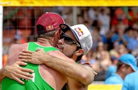 Alison e Bruno Schmidt campeões mundiais de vôlei de praia na Holanda