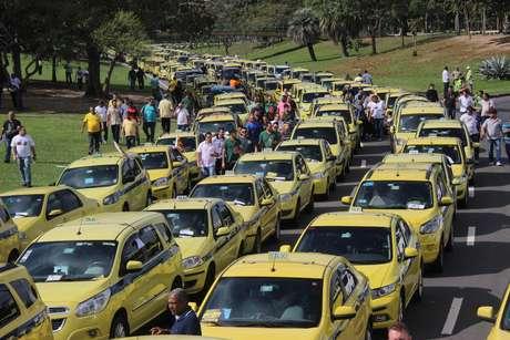 Taxistas realizam protesto contra o aplicativo Uber no Aterro do Flamengo, no Rio de Janeiro (RJ), na manhã desta sexta-feira (24/07)