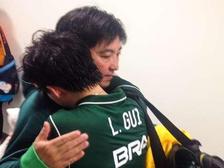 Hugo Hoyama consola Lin Gui após derrota