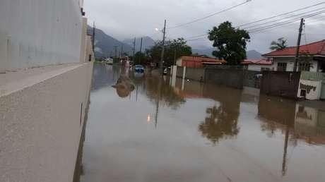 Rua de Palhoça fica alagada após chuvas