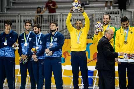 Goleiro Maik (centro) celebra a conqujsta do ouro no Pan
