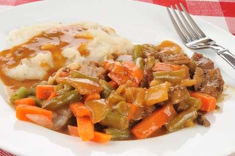 Carnes, frangos ou peixes bem cozidos e desfiados na panela de pressão são boas opções acompanhados de purês e legumes bem cozidos