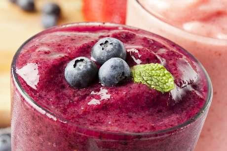 Para beber no café da manhã, opte por iogurtes, café com leite ou chocolate, chás, frutas em formas de suco ou vitaminas