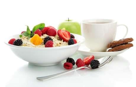Frutas amassadas com aveia e mel e queijos mais moles também são boas opções para a manhã