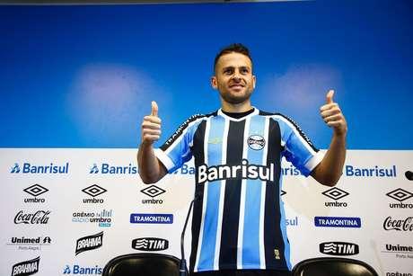 55169b4118 Atacante Bobô posa com a camisa do Grêmio