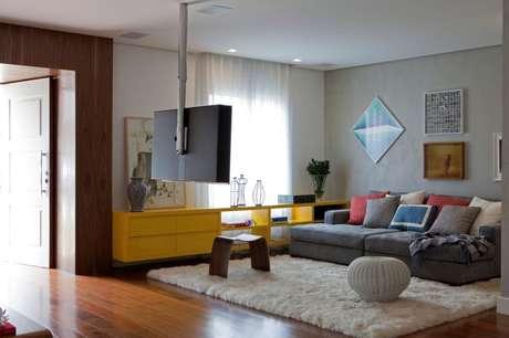 Um sofá de menor profundidade é o ideal para ambientes menores; abuse de quadros e almofadas