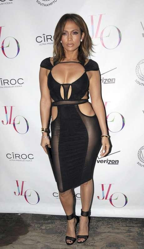 Para comemorar seus 46 anos, Jennifer Lopez apostou na ousadia e na sensualidade ao escolher modelo side-butt, com vários recortes, da grife Bao Tranchi