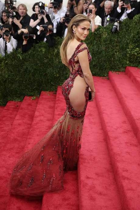 No baile do Metropolitan Museu de Nova York, em maio, Jennifer também exibiu modelo side-butt, da grife Versace