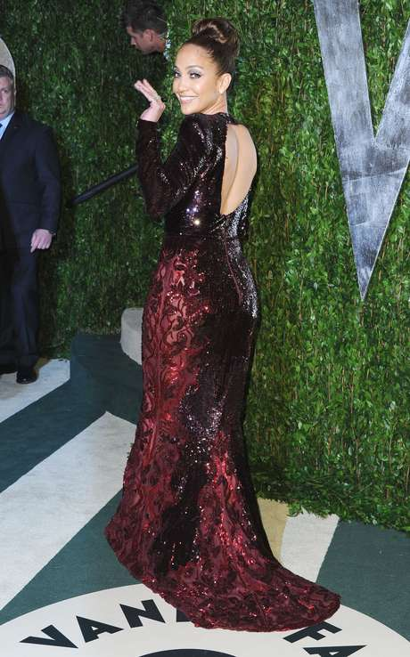 Não é de hoje que Jennifer Lopez aposta na transparência lateral. Na festa da Vanity Fair pós-Oscar, em 2012, foi com um modelo de Zuhair Murad, com bordados e brilhos, mas bem mais discretos que os vestidos mais recentes