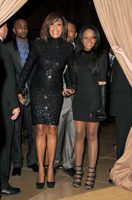 Filha de Whitney Houston, Bobbi Kristina Brown morreu aos 22 anos, em 26 de julho de 2015. Ela ficou internada por 6 meses, após ser encontrada desacordada na banheira de sua casa. Nesta foto, Bobbi está com sua mãe, a cantora Whitney Houston, morta em 2012