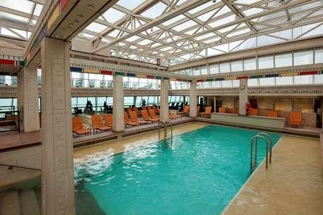 Entre os atrativos são as piscinas com teto transparente e retrátil, como no Rhapsody of the Seas