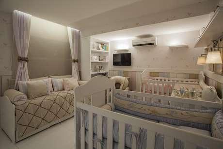 O quarto é bem dividido com o espaço de cada bebê, deixando tudo bem aconchegante. Projeto de Conceição Estrela