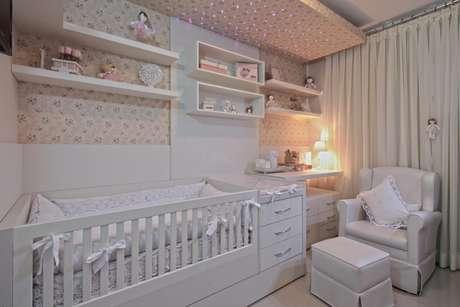 Uma iluminação indireta não incomoda o bebê e deixa o ambiente acolhedor. Projeto de Ana Cinthia Lopes