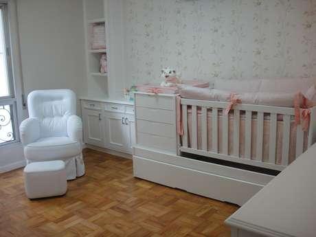 Uma poltrona é um item muito importante no quarto de bebê, principalmente na hora de amamentar. Projeto de Danyela Correa