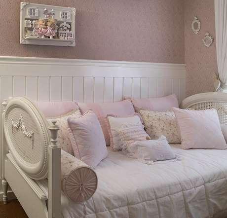Uma cama auxiliar pode ser importante para o descanso após os cuidados com o bebê. Projeto de Itten Arquitetura e Interiores