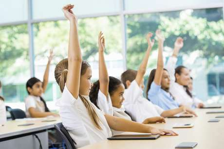 Na pré-escola, o valor por aluno deveria ser R$ 5 mil, contra os atuais R$ 3,3 mil; no ensino fundamental e no médio, R$ 4,8 mil, contra R$ 3,3 mil atuais