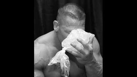 John Cena teve que colocar gelo para desinchar o nariz após o combate