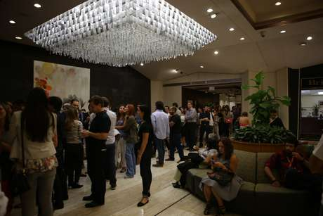Fans de Julieta y miembros de la prensa esperan la llegada de la cantante con impaciencia.