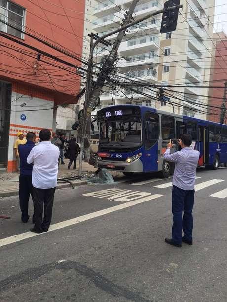 Base do poste foi danificada pelo ônibus