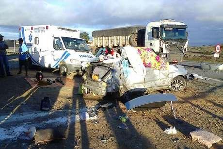 Colisões entre carro de passeio e carretas deixaram duas vítimas