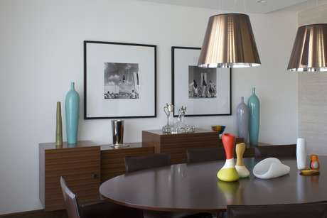 Designer de interiores sugere misturar quadros na parede com objetos no aparador para dar mais charme à sala
