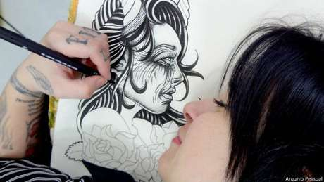 A tatuadora Flavia Carvalho cobre cicatrizes de mulheres vítimas de violência sem cobrar delas
